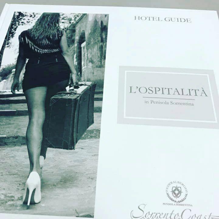 A Sorrento la pubblicità sessista di Federalberghi con il lato B della modella scatena il dibattito