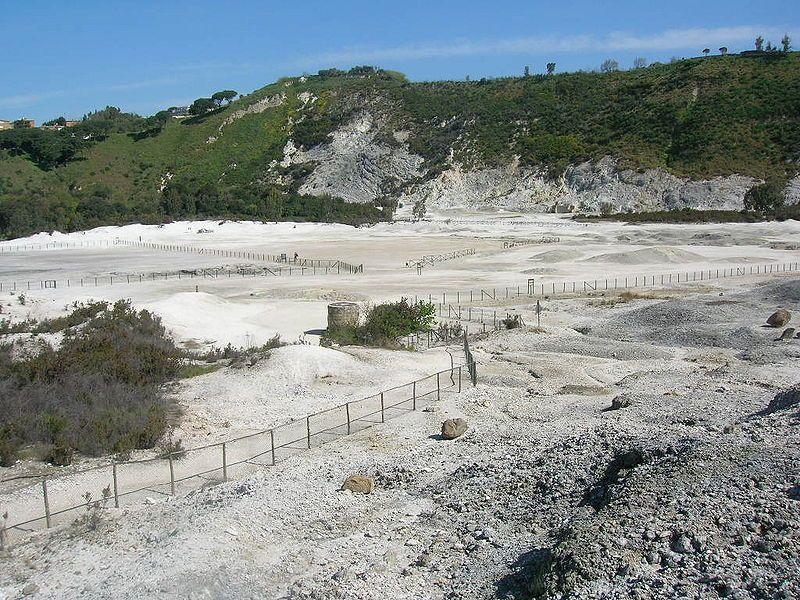 Cos'è la Solfatara di Pozzuoli, cratere vulcanico dei Campi Flegrei