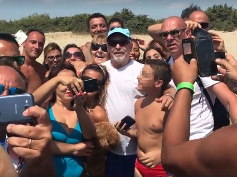Vasco Rossi in spiaggia a Castellaneta Marina: travolto dall'affetto dei fan