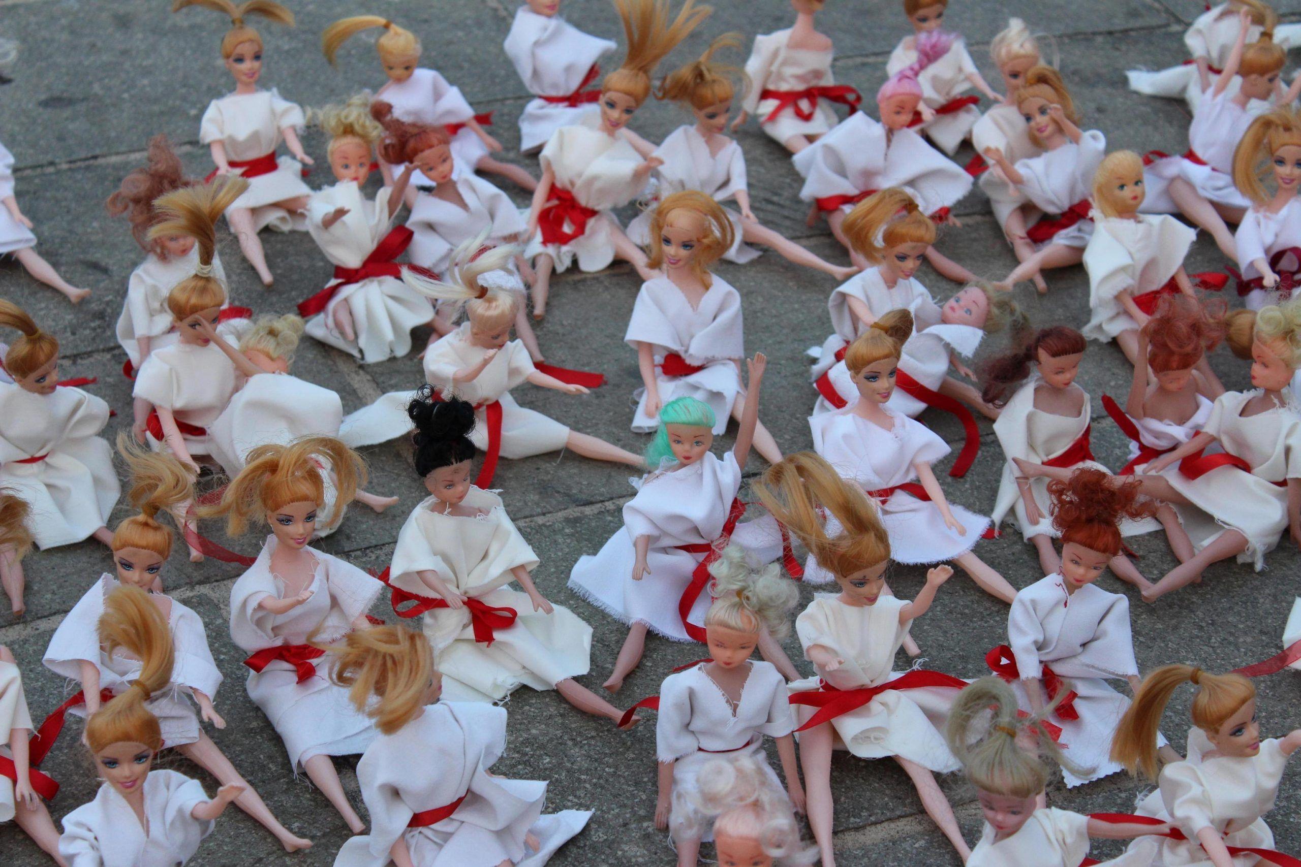 800 bambole nude da rivestire contro la violenza sulle donne