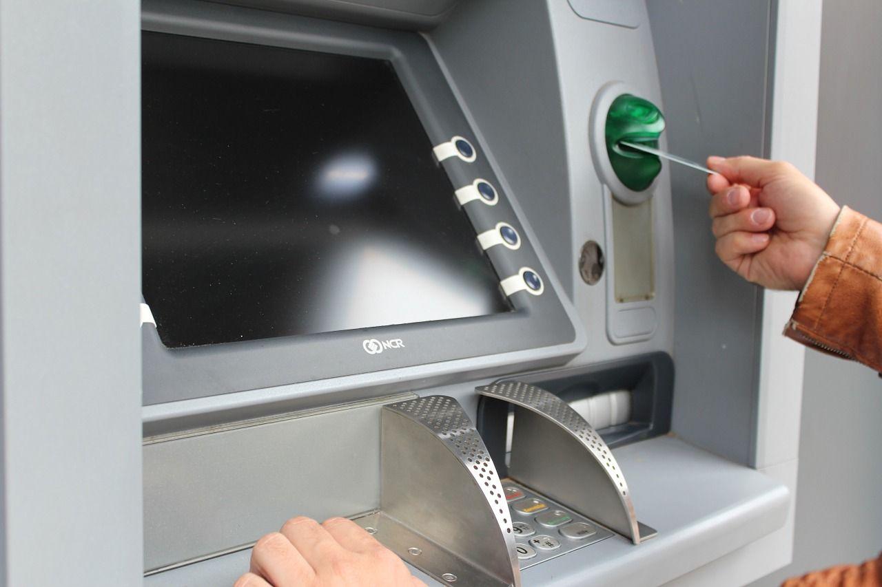 Bancomat manomessi: come riconoscerli tramite un'app