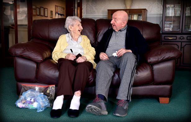 Mamma di 98 anni entra in casa di riposo per badare al figlio