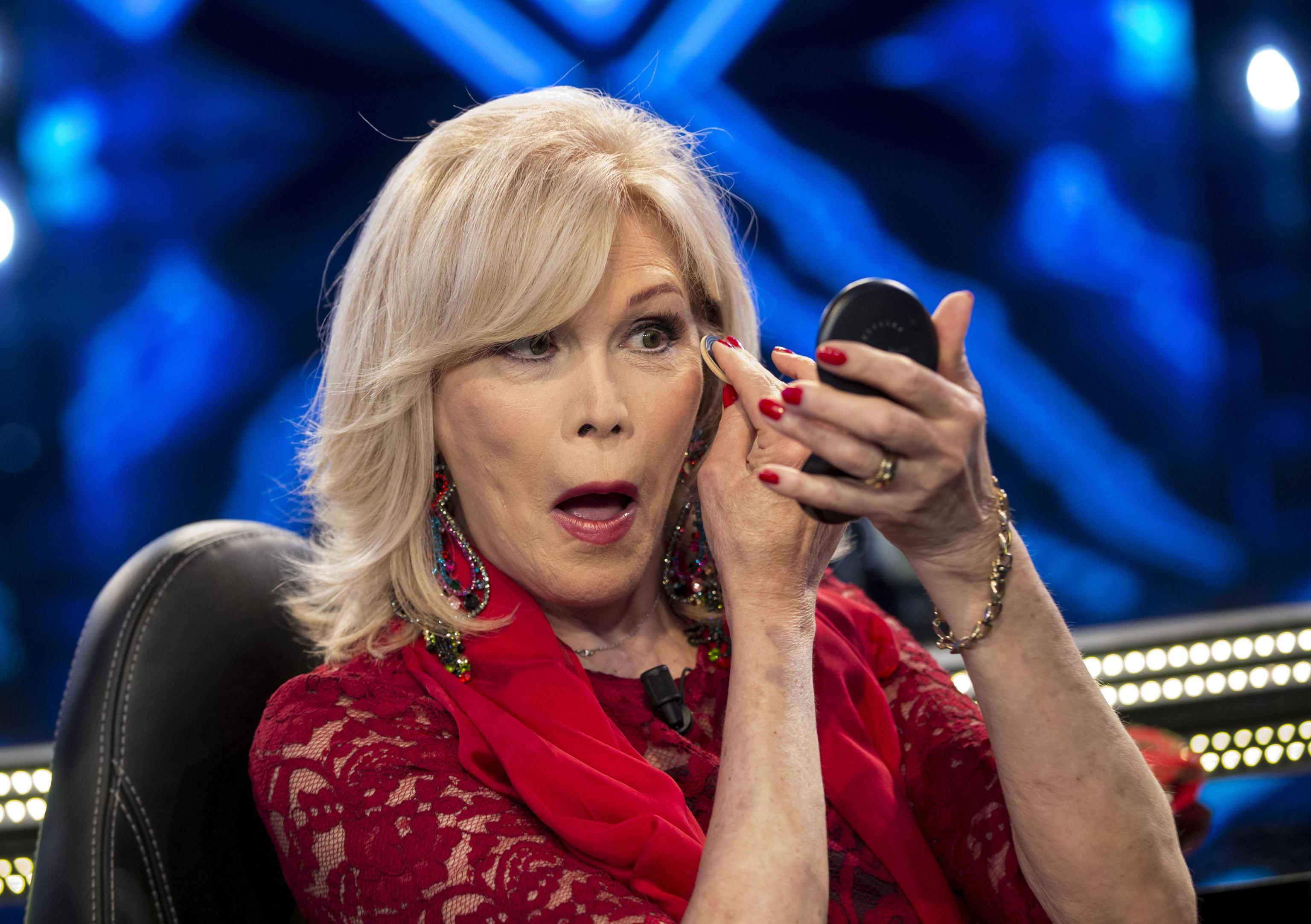 Amanda Lear rifiuta 15.000 euro da Domenica Live: la cantante dice no a Barbara D'Urso