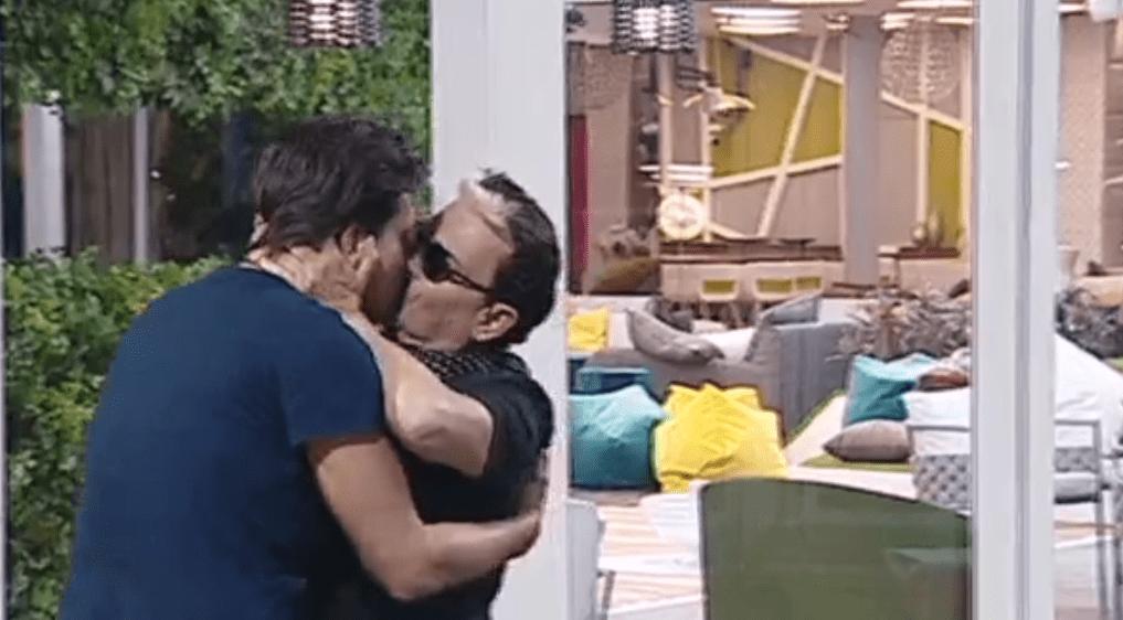 GF VIP 2, Cristiano Malgioglio bacia Lorenzo Flaherty in segno di pace