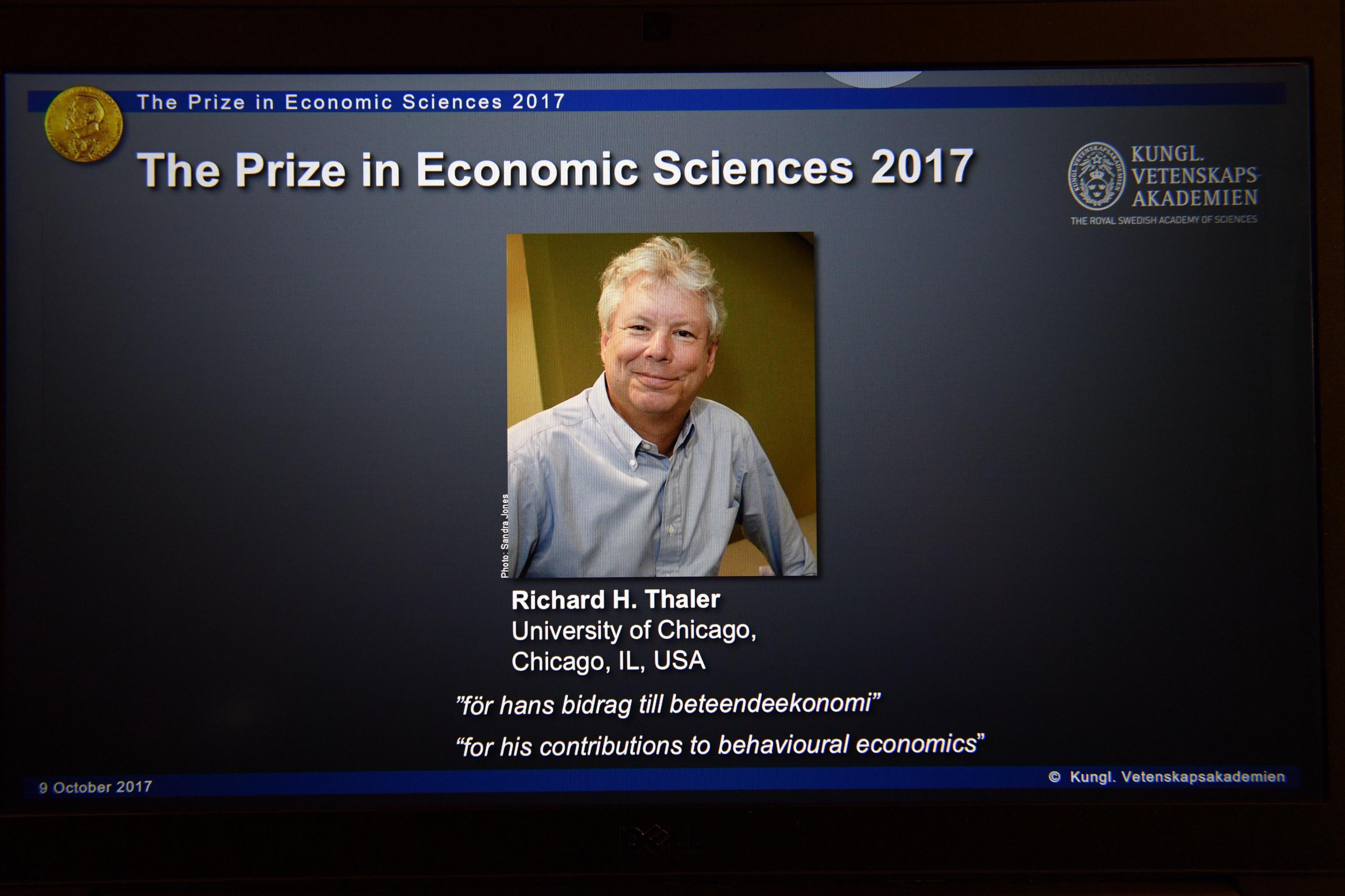 Cos'è la teoria del nudge? Lo studio che è valso il Nobel 2017 per l'economia a Richard Thaler