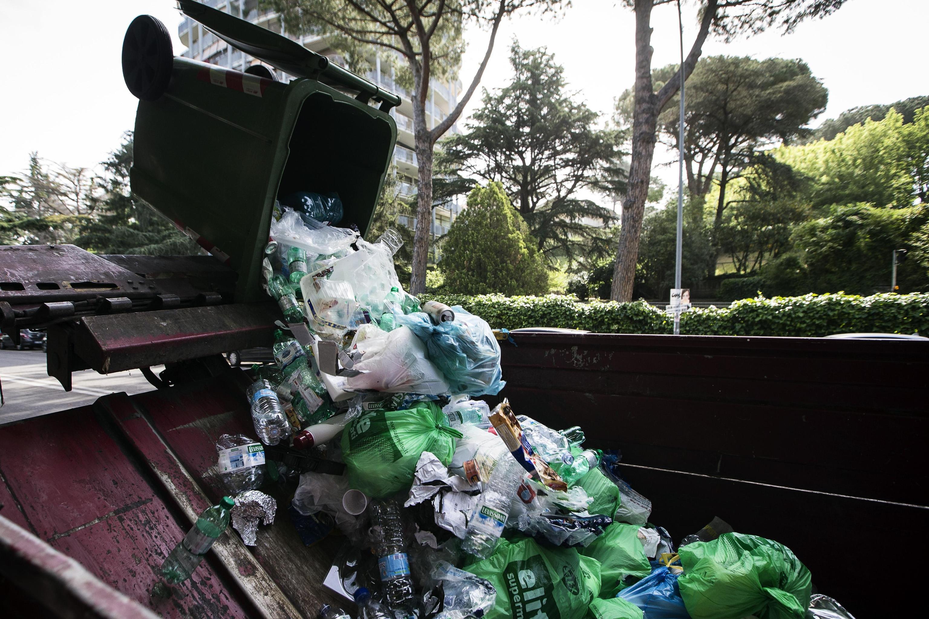 Caos rifiuti a Roma, a rischio 270 lavoratori della coop 29 giugno senza un nuovo bando Ama