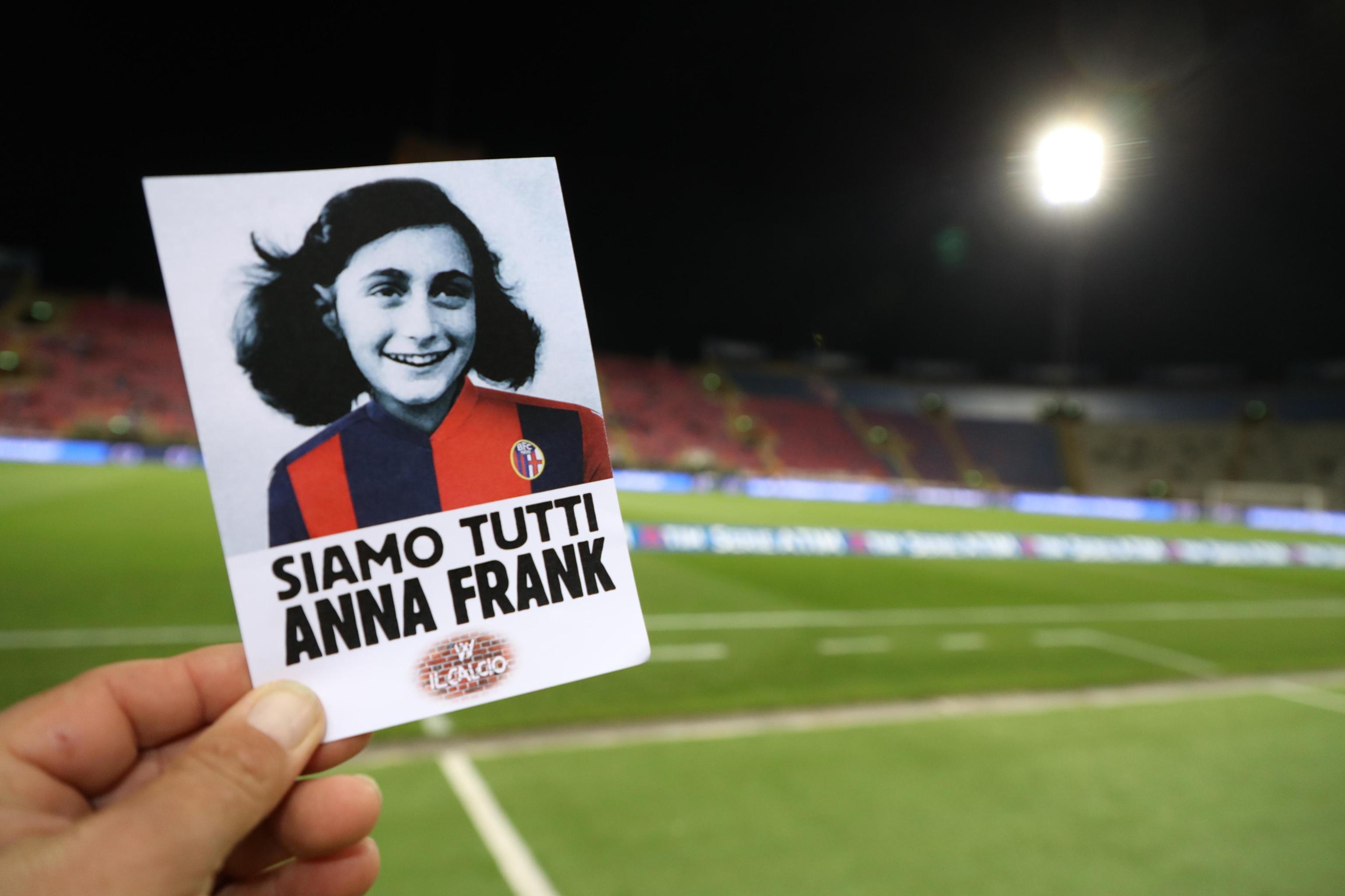 No all'antisemitismo Lazio a Bologna con maglia Anna Frank