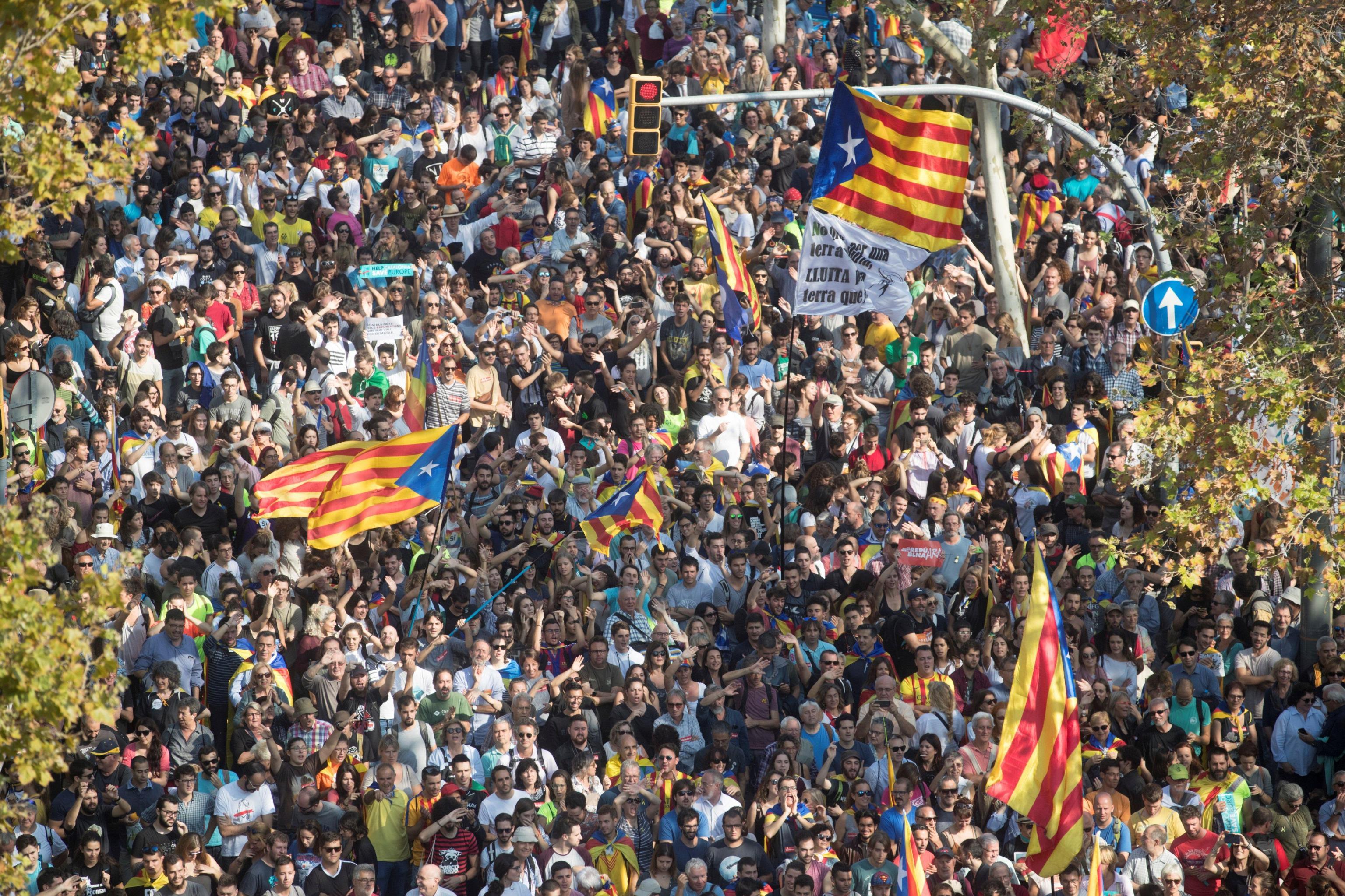 Catalogna, il Parlamento approva l'indipendenza. Rajoy: 'Riporteremo la legalità'