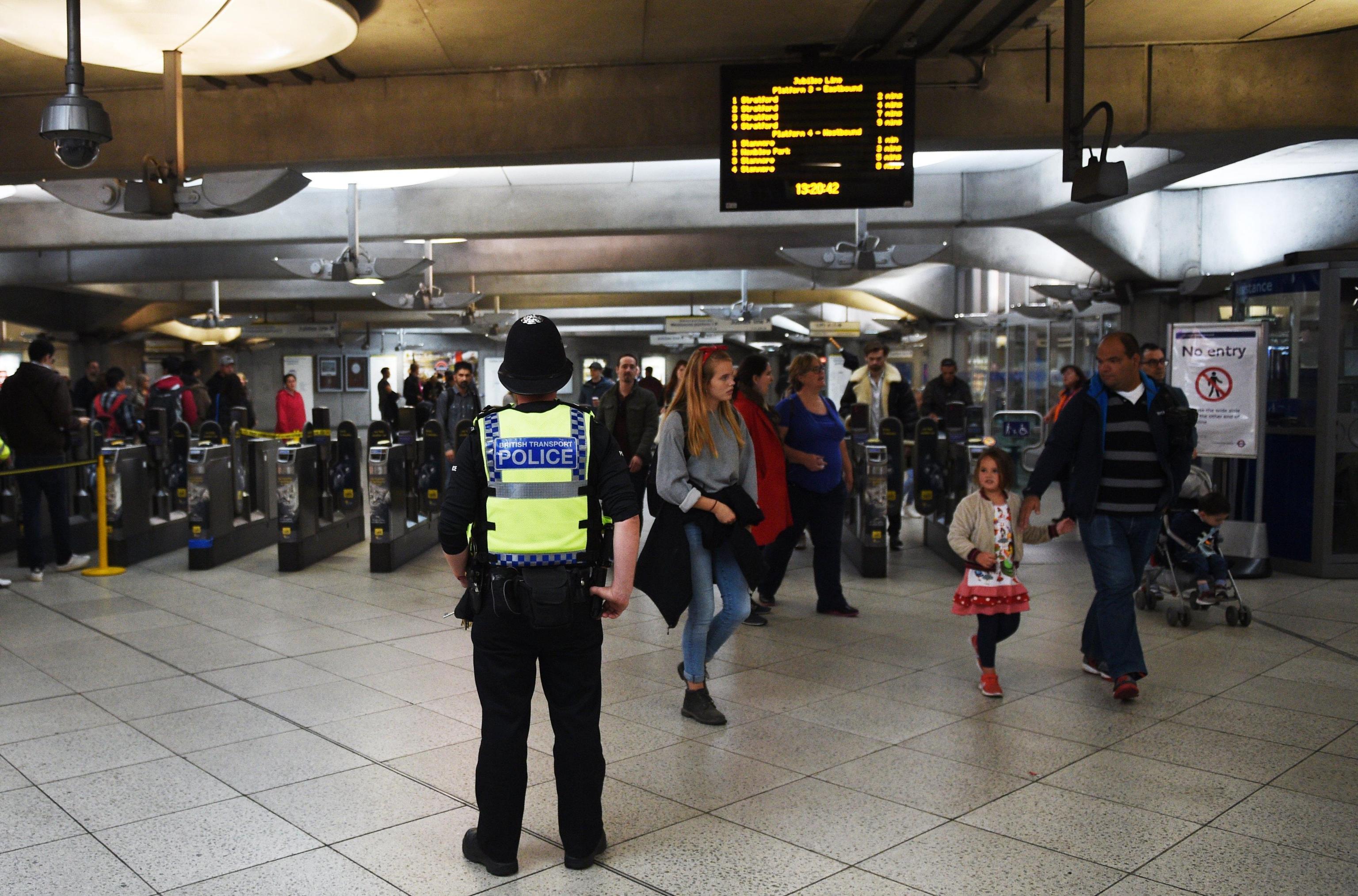 Londra: tre accoltellati e un morto davanti alla metro di Parsons Green