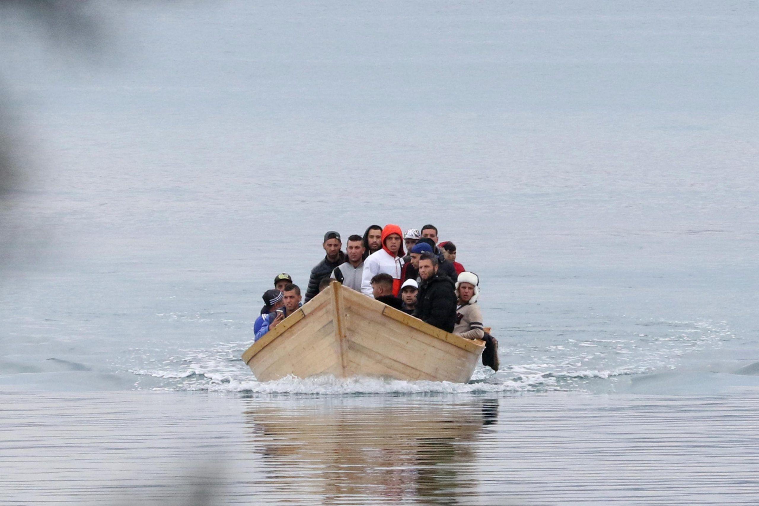 Tunisia, nave da guerra sperona barca carica di 70 migranti: si temono molti morti