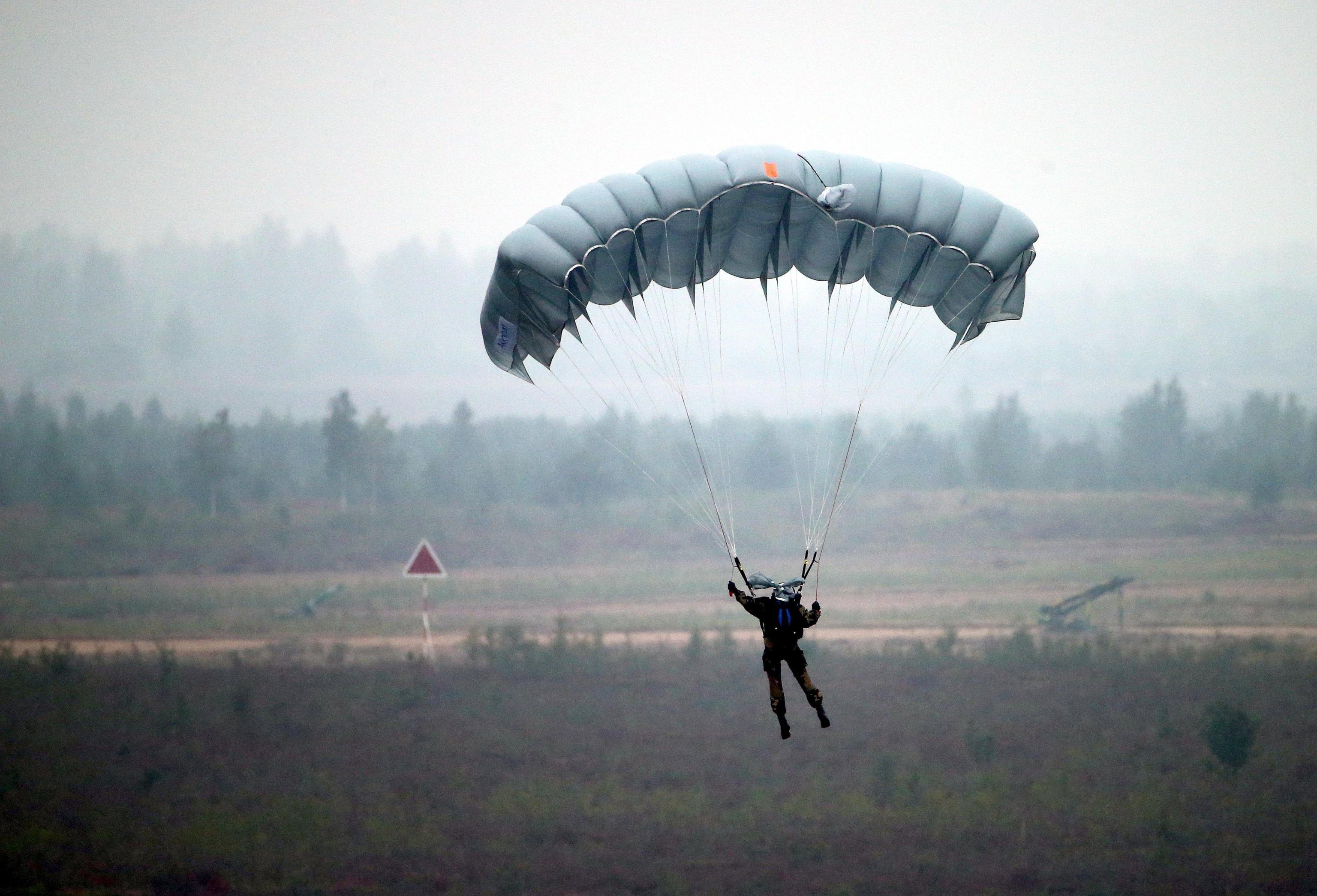Sergente tenta di uccidere la moglie sabotandole il paracadute prima del salto dall'aereo