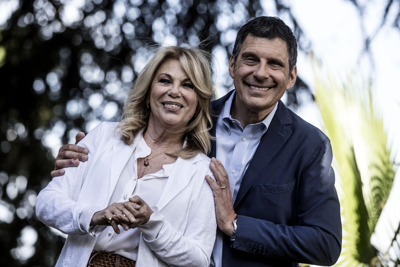 Fabrizio Frizzi: la moglie Carlotta lo assiste in ospedale, l'ex Rita Dalla Chiesa lo incoraggia