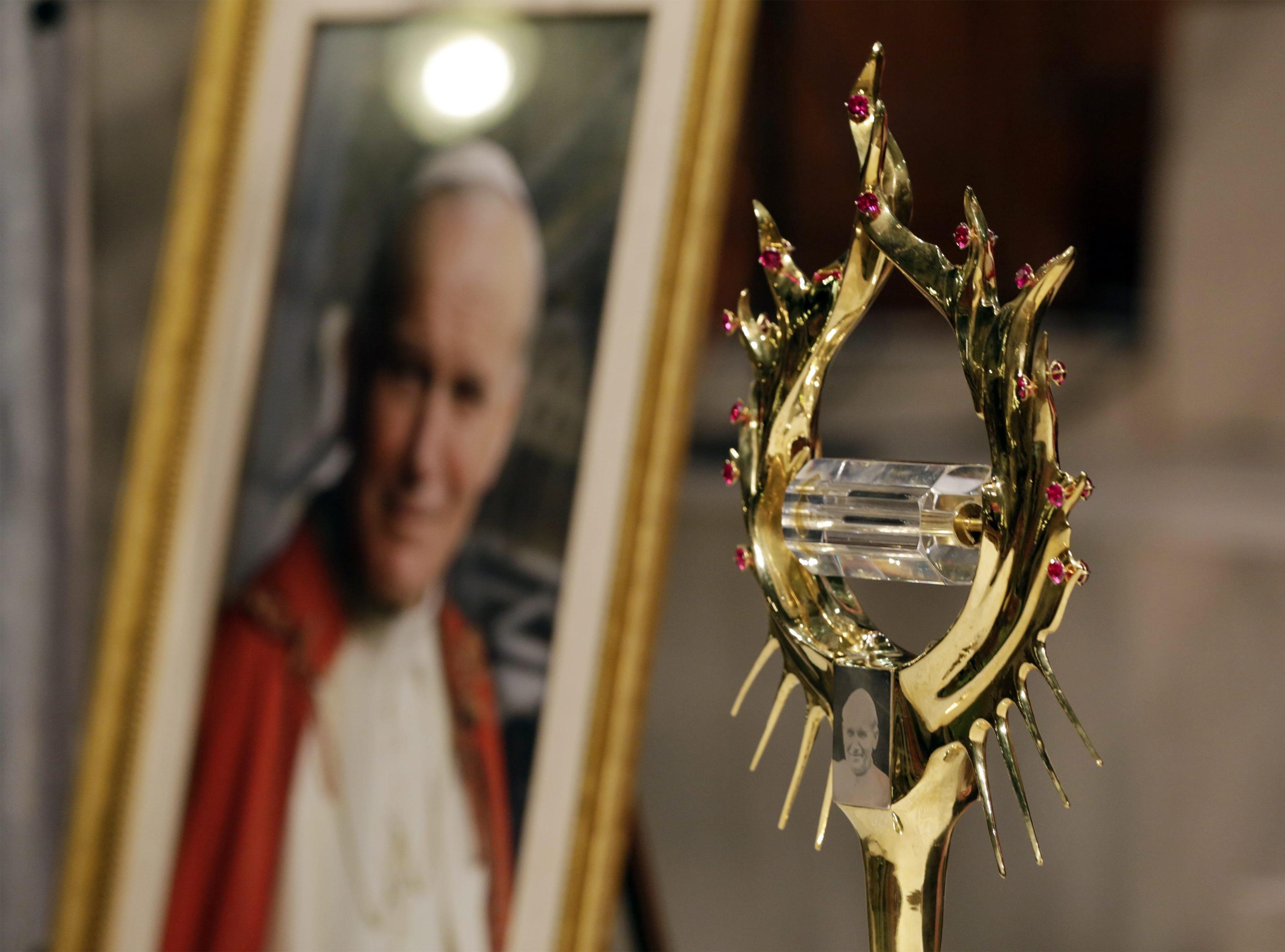 Papa Wojtyla, finti turisti rubano il sangue del Santo Padre da un monastero a Tignale
