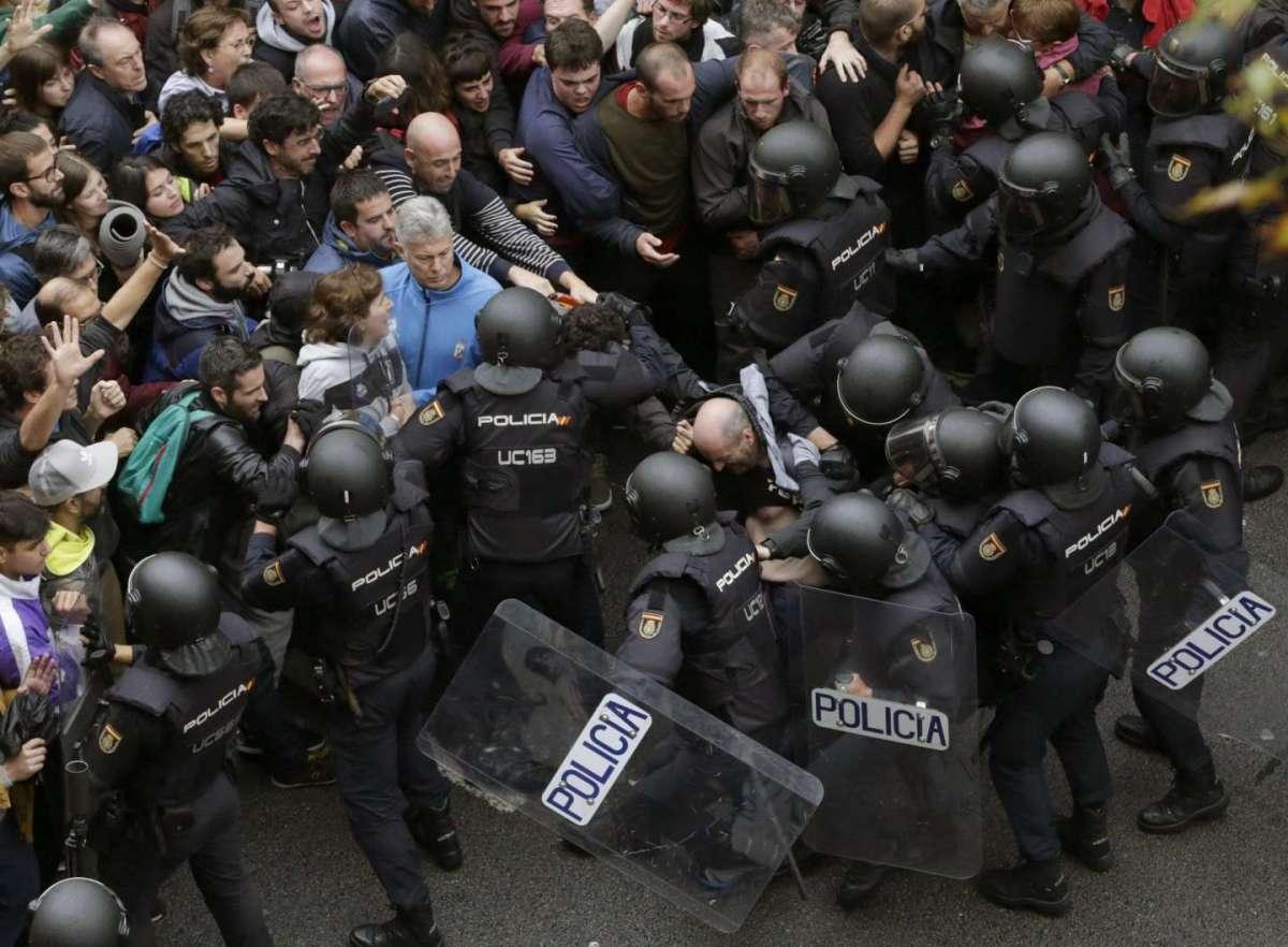 Scontri Barcellona: il referendum scatena una guerriglia urbana in Spagna