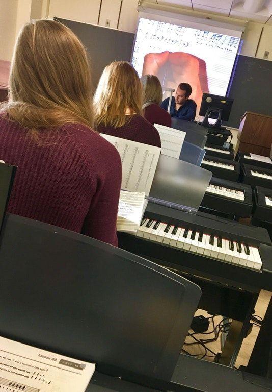 Tre ragazze identiche a scuola di musica: la foto che fa impazzire il web