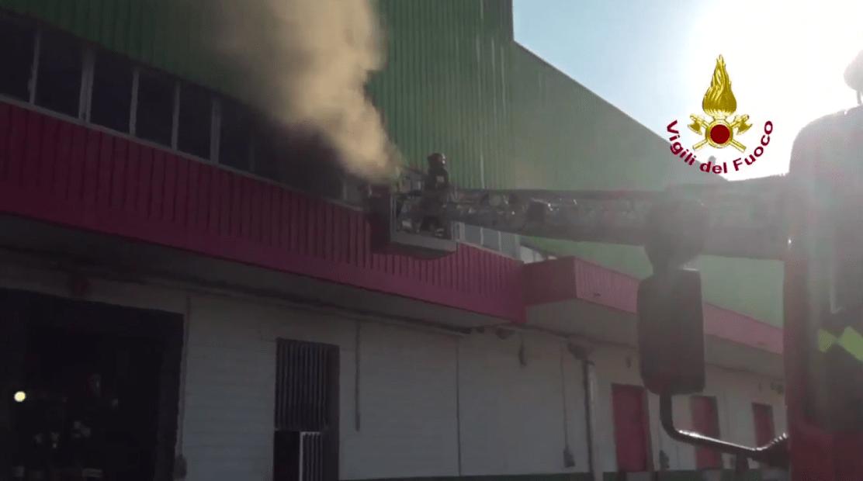 Incendio Trezzano sul Naviglio, a fuoco strutture con amianto: scuole chiuse