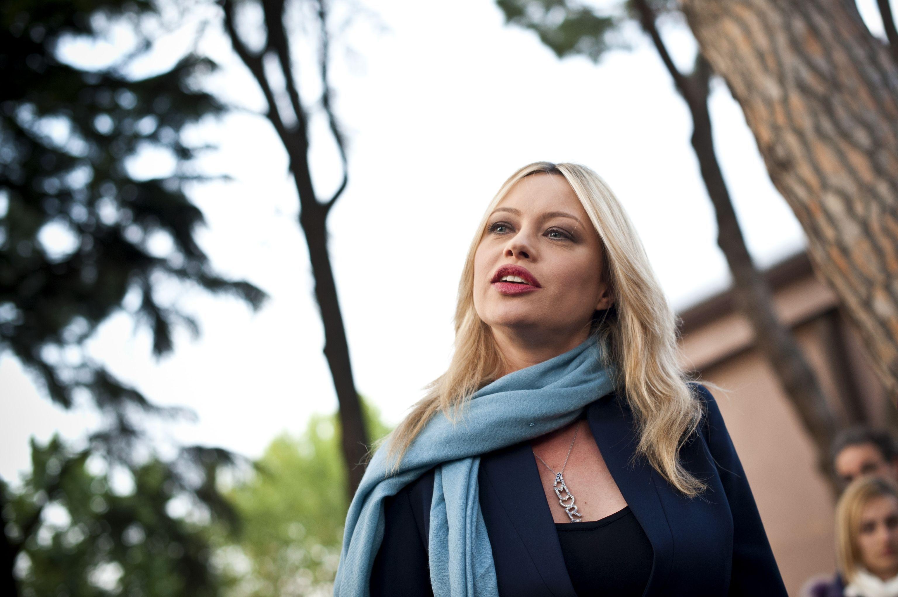 Anna Falchi: 'Ogni donna di spettacolo subisce avances a meno che non sia un cesso incredibile'