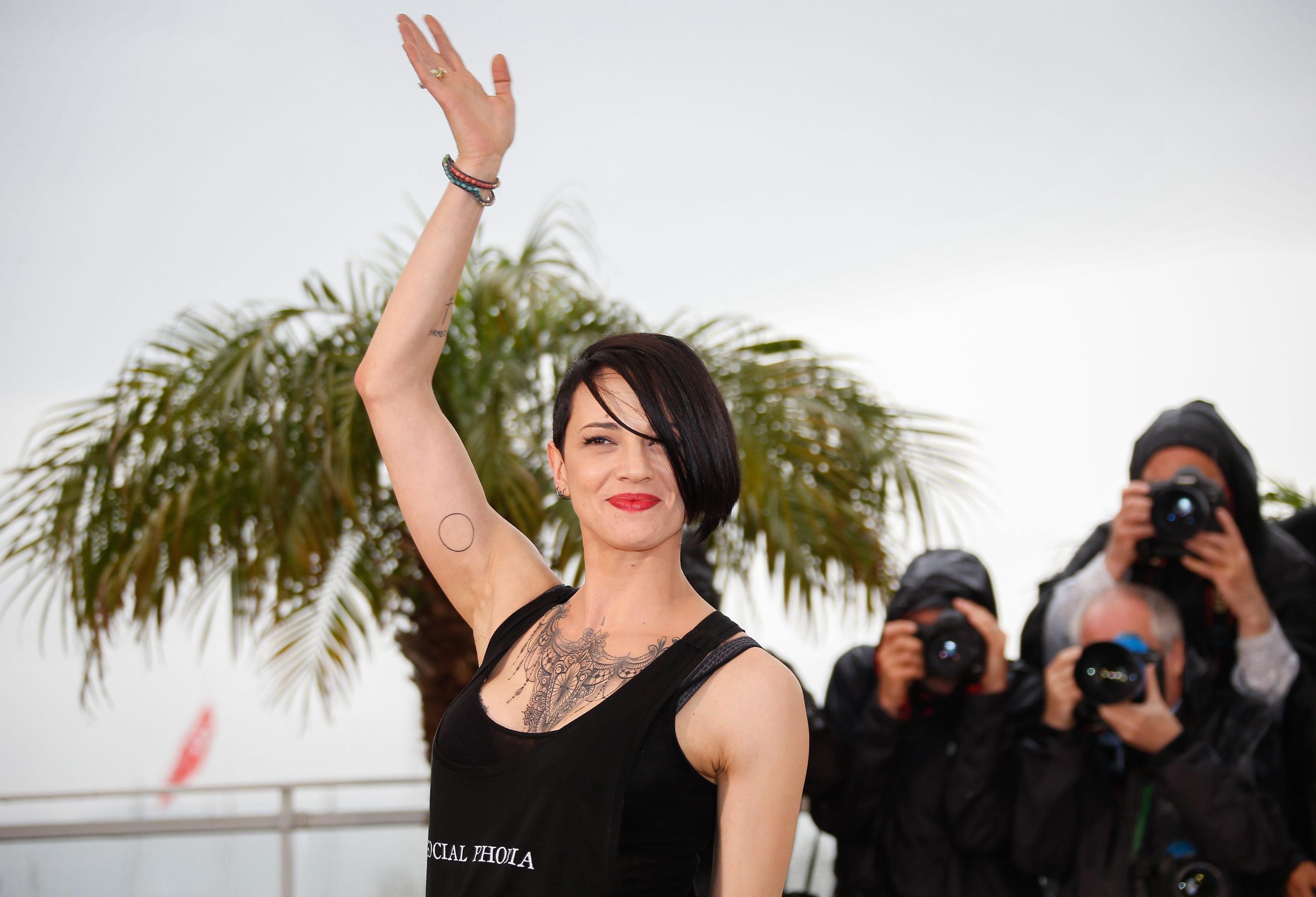 Asia Argento vs Piero Chiambretti per la satira di Matrix sul caso Weinstein: 'La feccia del mondo'
