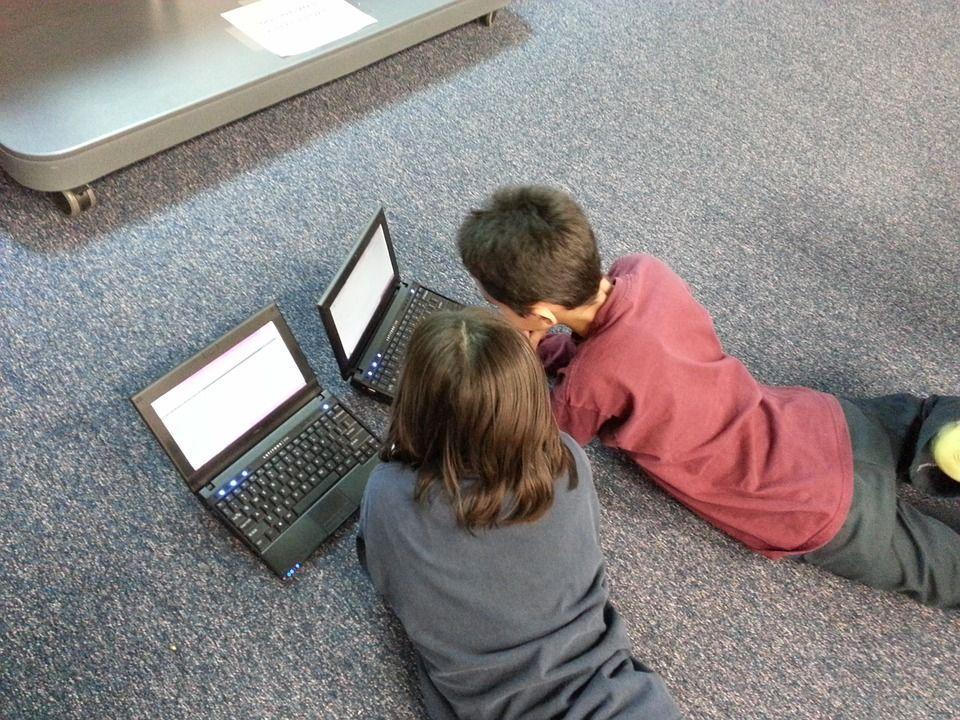 Come proteggere i figli da Internet: le regole da seguire per la loro sicurezza