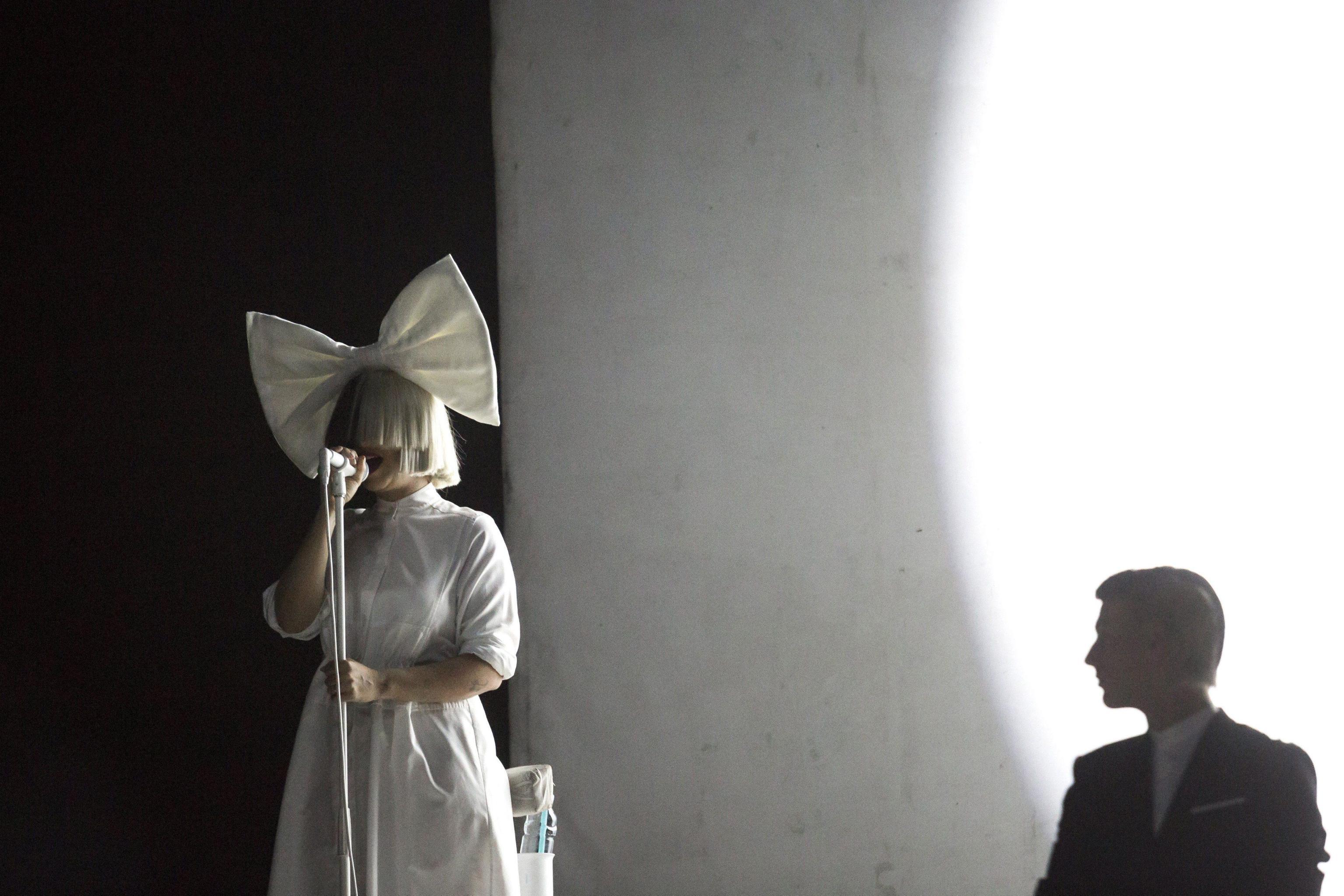 Sia su Twitter posta una foto di sé senza veli: la cantante batte i paparazzi