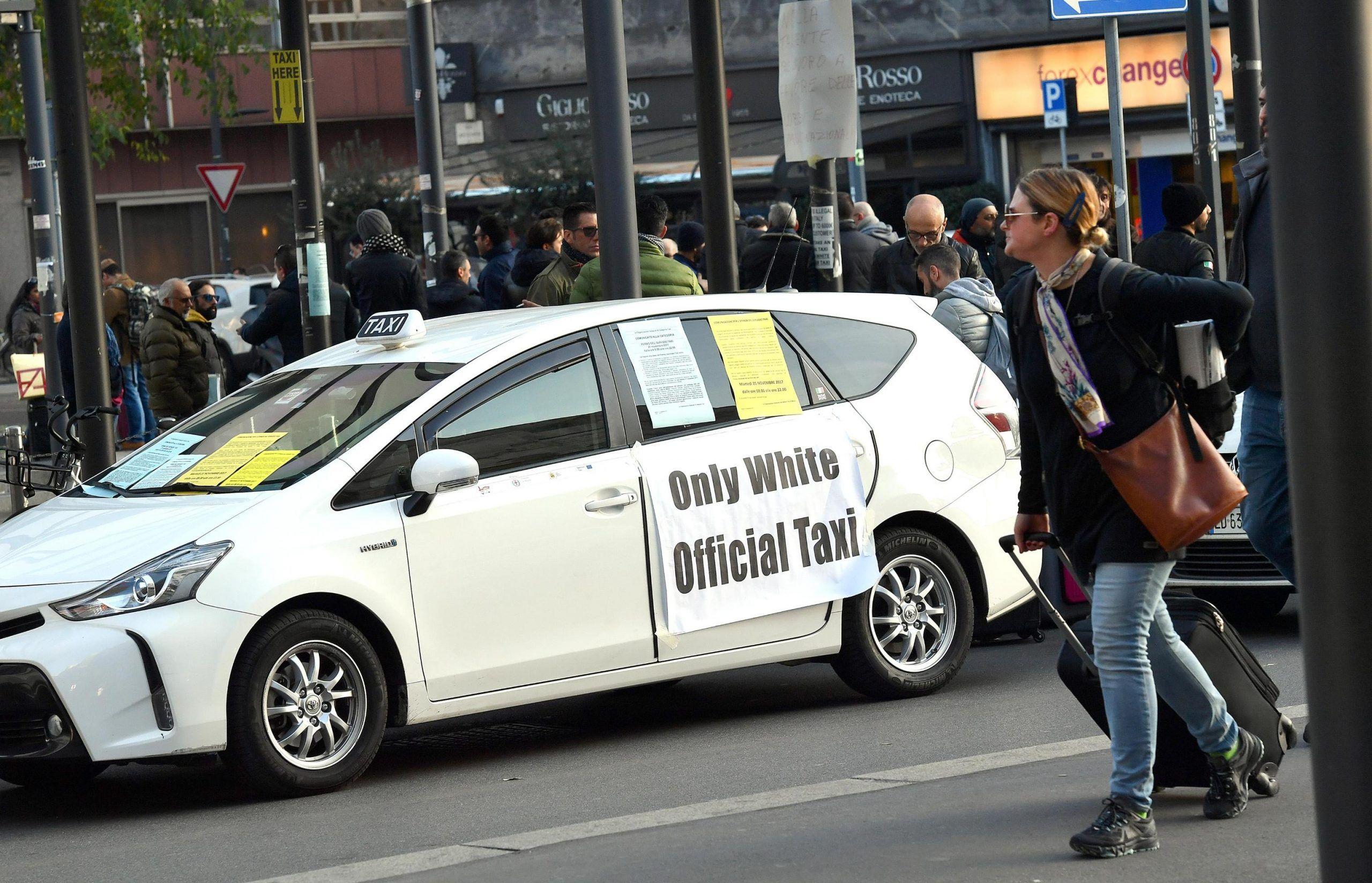 Taxi: Milano; presidio e protesta in stazione Centrale