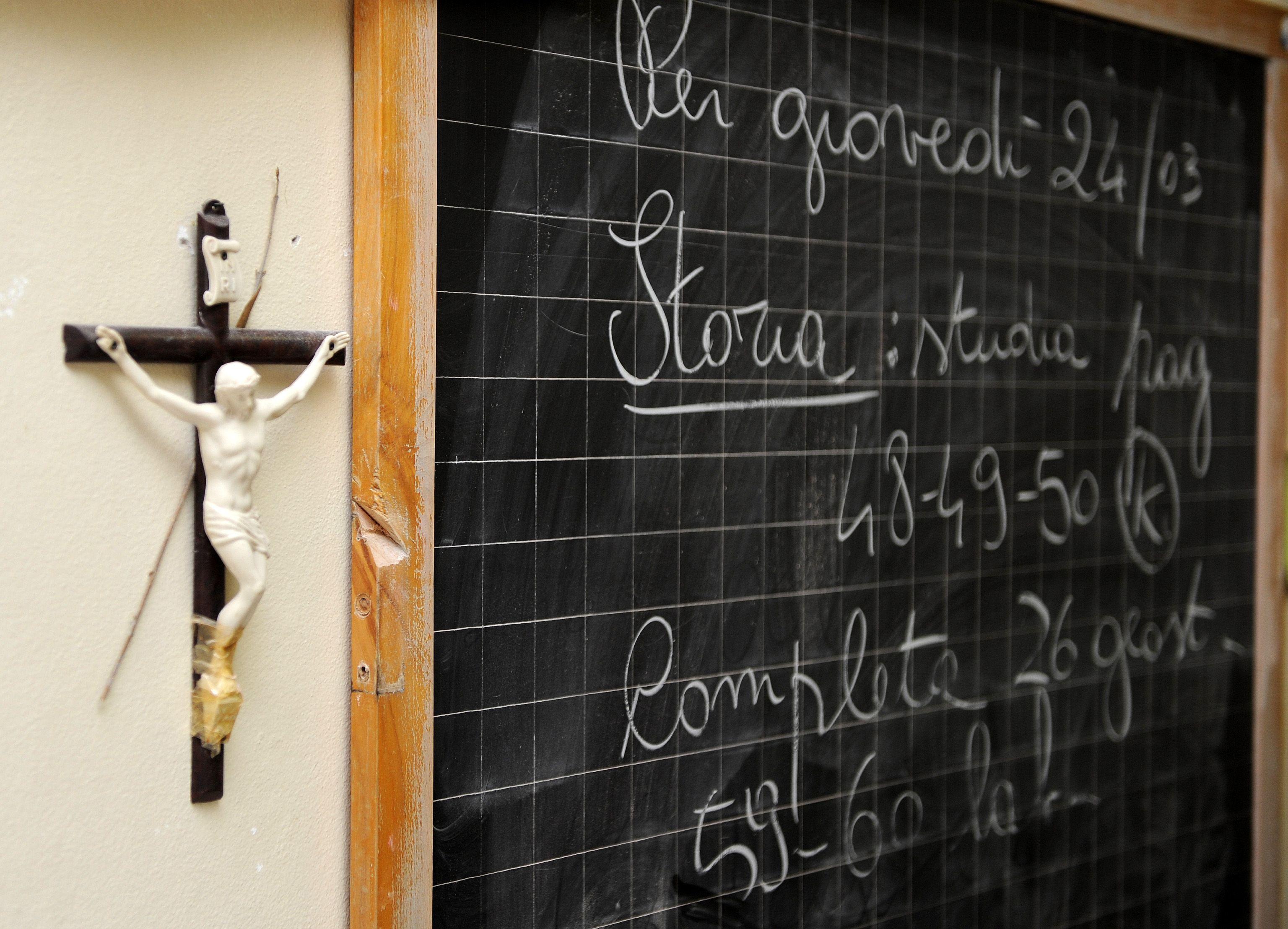 Palermo, vietato pregare a scuola: il preside rimuove la statua della Madonna