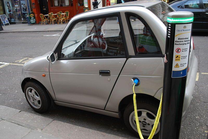 Auto elettriche in Italia, oggi sono ancora troppo poche. L'autonomia? Colonnine inesistenti