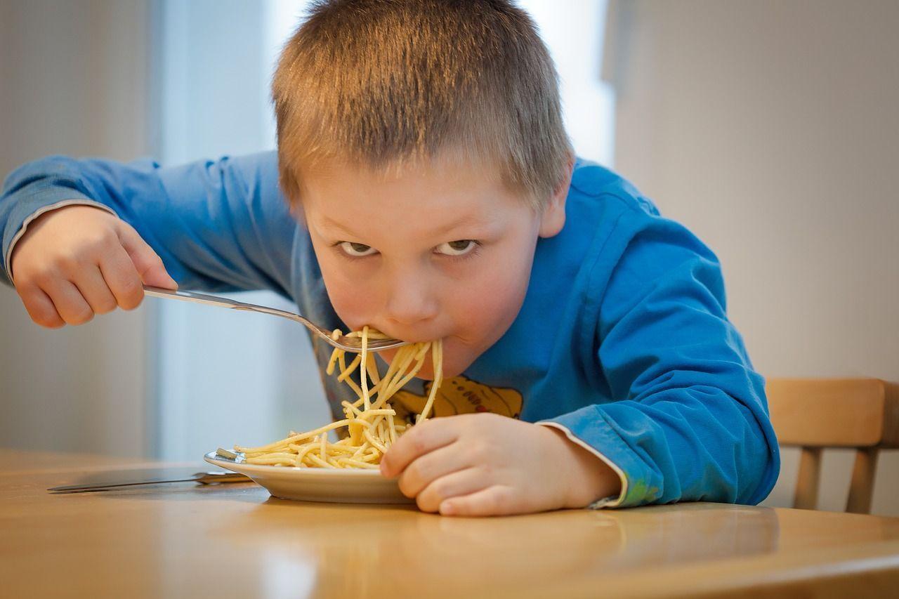 Bambini disturbano al ristorante, l'oste si lamenta e scoppia la rissa: ospiti e staff al Pronto Soccorso