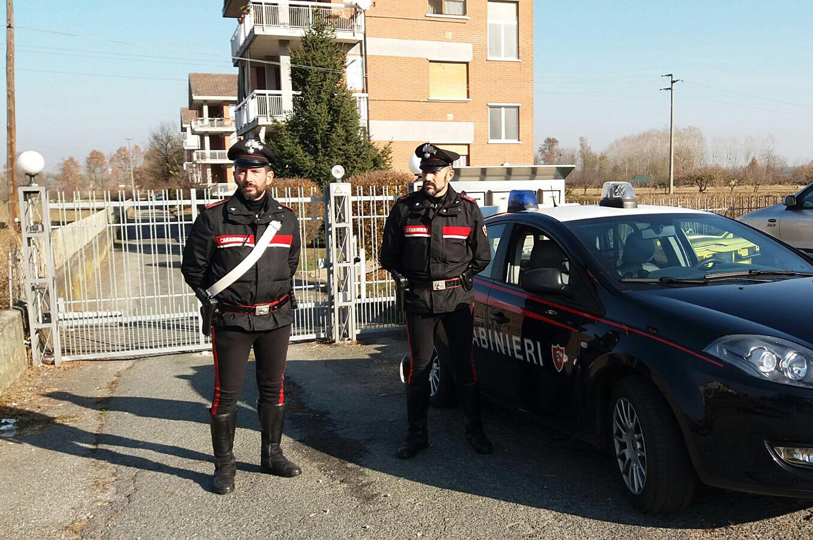 Carabinieri entrano in casa dalla finestra per salvare un'anziana