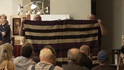 Povero vende la vecchia coperta della bisnonna e diventa milionario