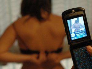 Vende foto hot della figlia 13enne per 50 euro, indagata la mamma