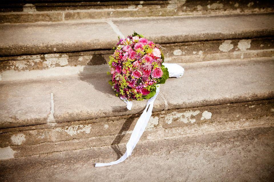 Sposa muore di infarto durante il lancio del bouquet