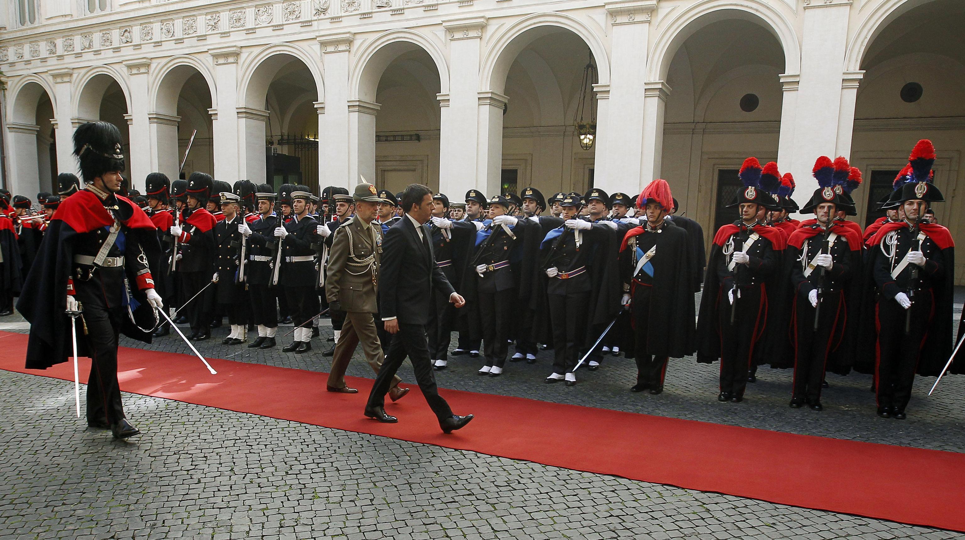 Picchetto d'onore per Matteo Renzi a Palazzo Chigi