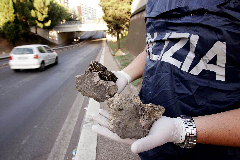 Milano, sasso sfonda parabrezza: morta donna di 63 anni