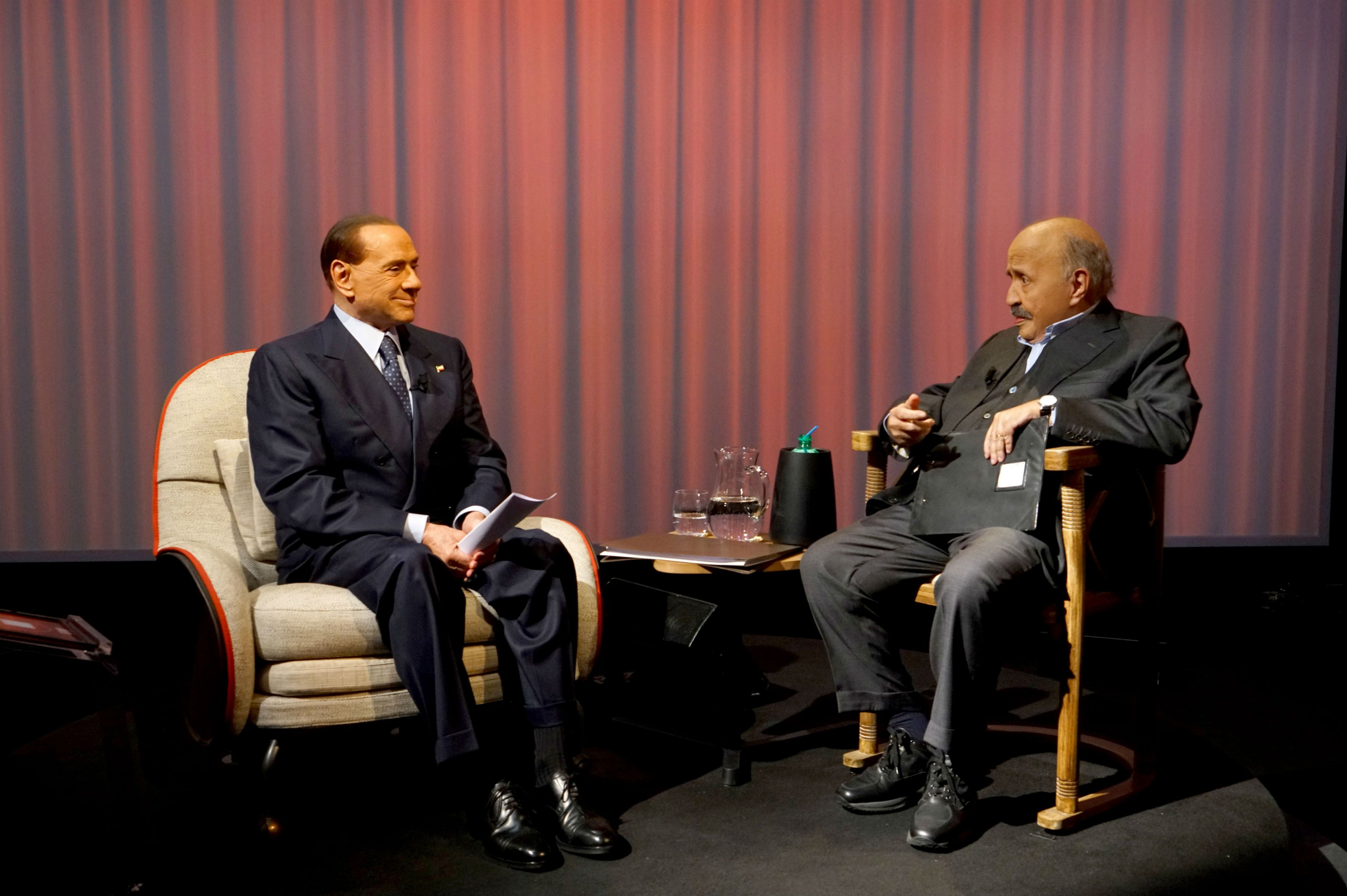Silvio Berlusconi a L'Intervista: 'Guardo il Milan in tv e sto male'