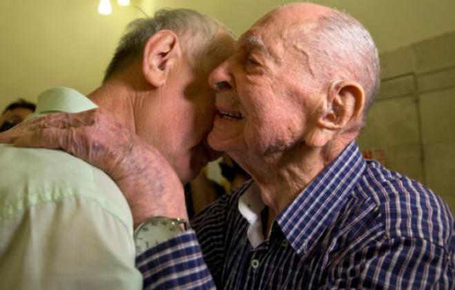 Sopravvissuto all'Olocausto, incontra il nipote a 102 anni grazie all'ente nazionale per la memoria della Shoah