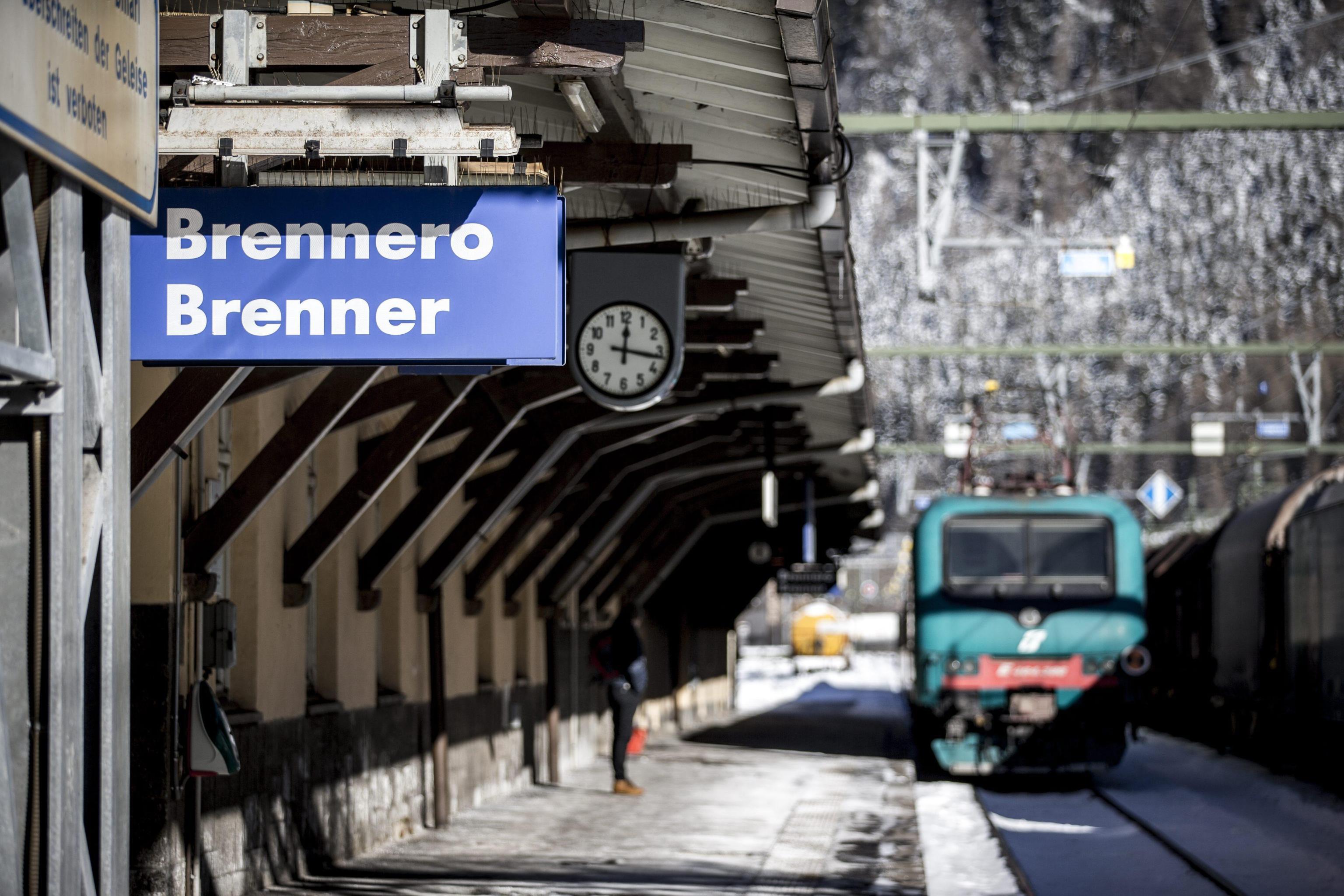 Bimbo di 5 anni trovato sotto un treno al Brennero: identificata la famiglia del piccolo Anthony