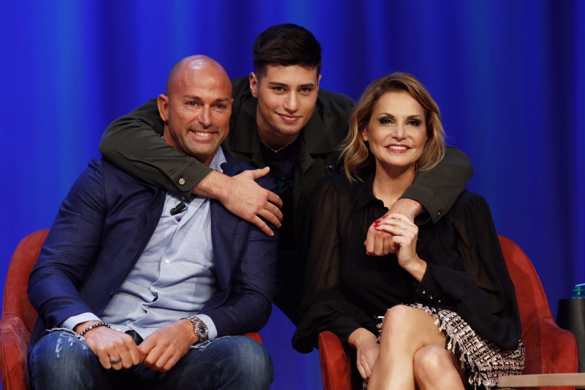Niccolò Bettarini con Carolina Schiavi di Temptation Island e Simona Ventura approva