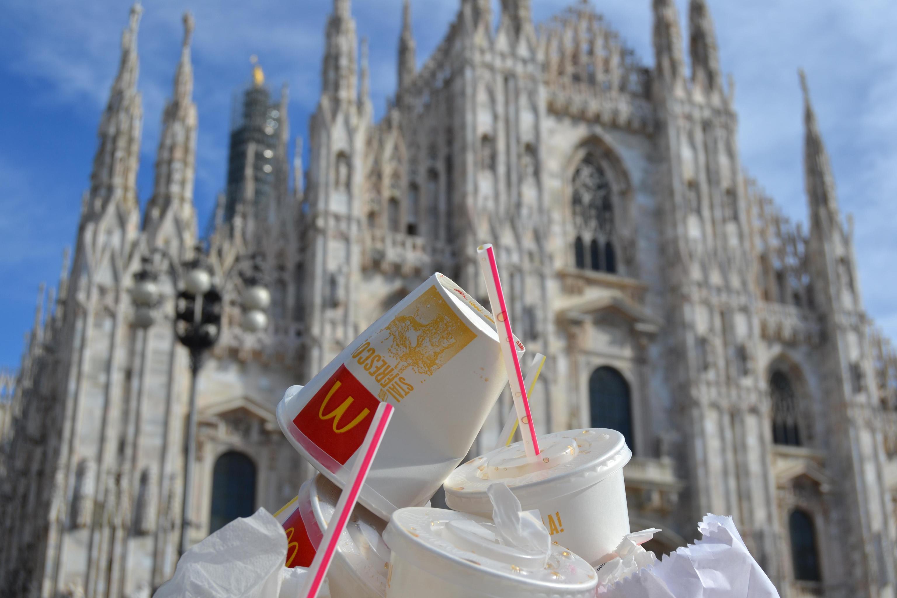 McDonald's Milano: vigilantes accoltellato dagli extracomunitari molesti che aveva allontanato