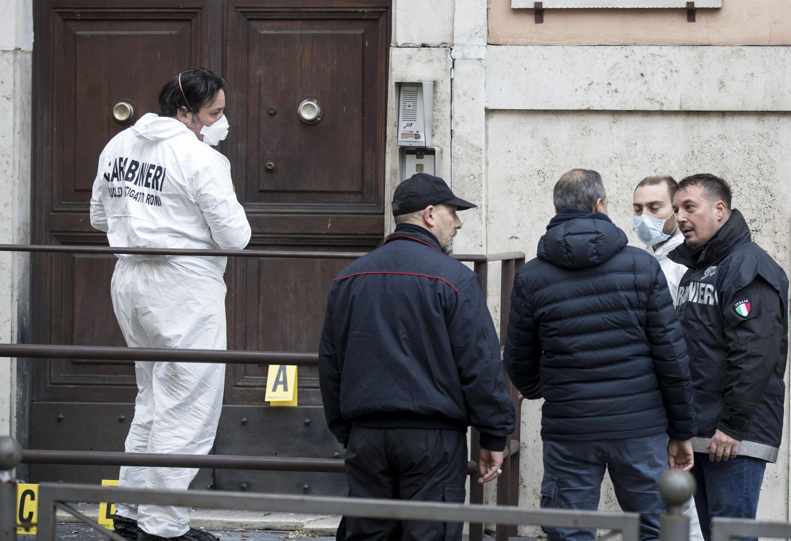 Ordigno esplode davanti stazione cc a Roma