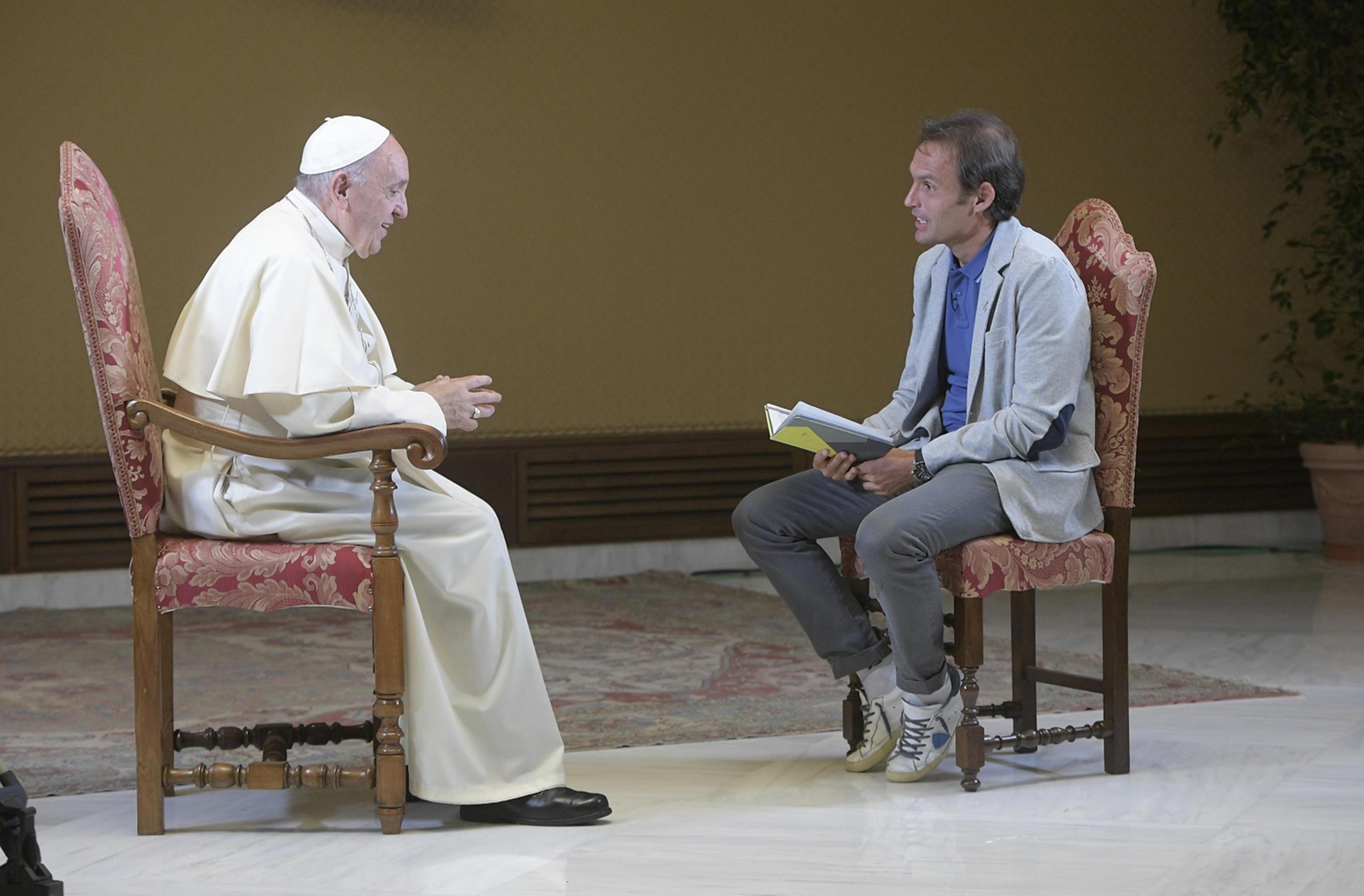 Papa Francesco corregge il Padre Nostro: è Satana, non Dio, a indurci in tentazione