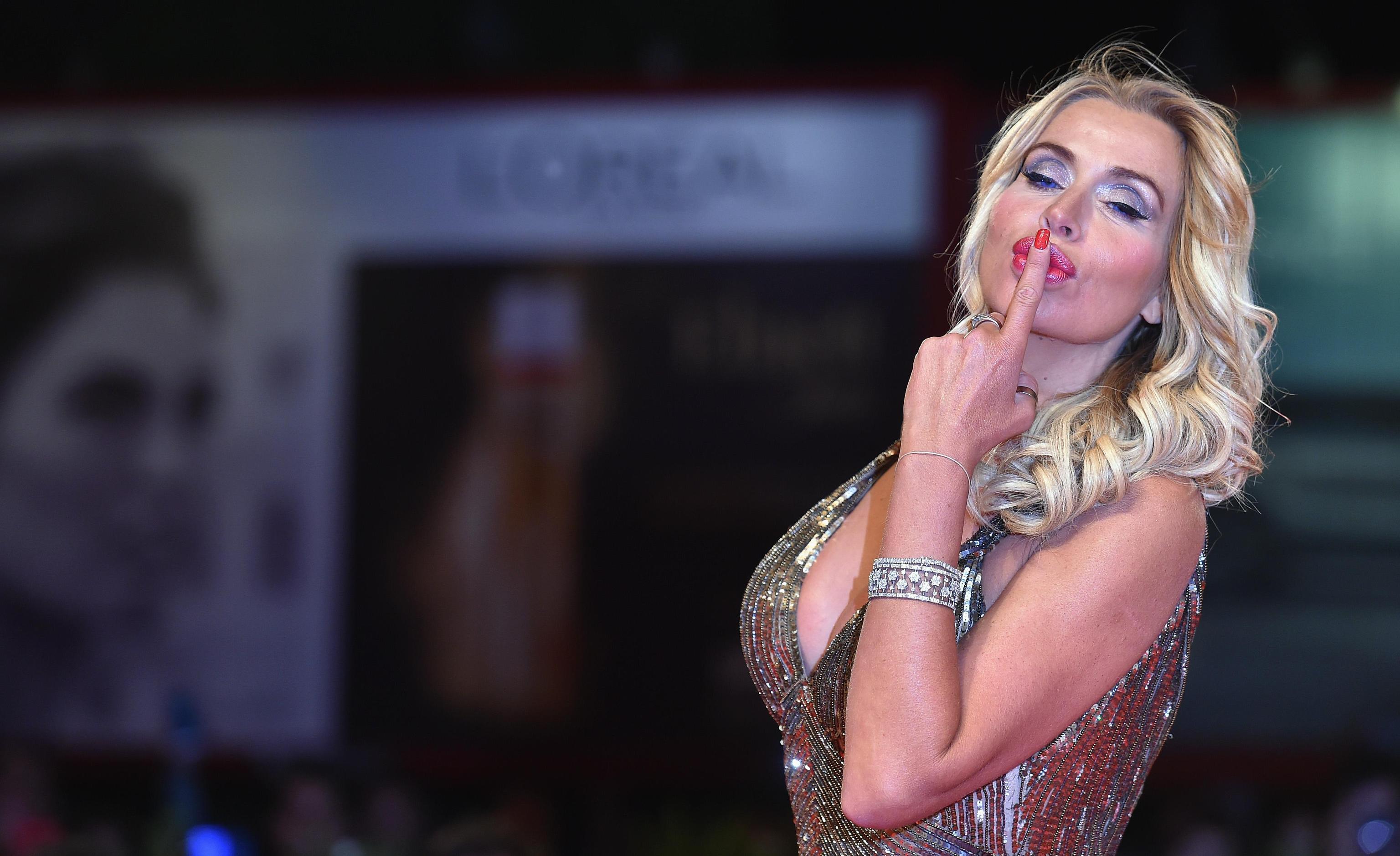 Valeria Marini sulle molestie: 'Assurdo che improvvisamente ci si ricordi: si denunci immediatamente'