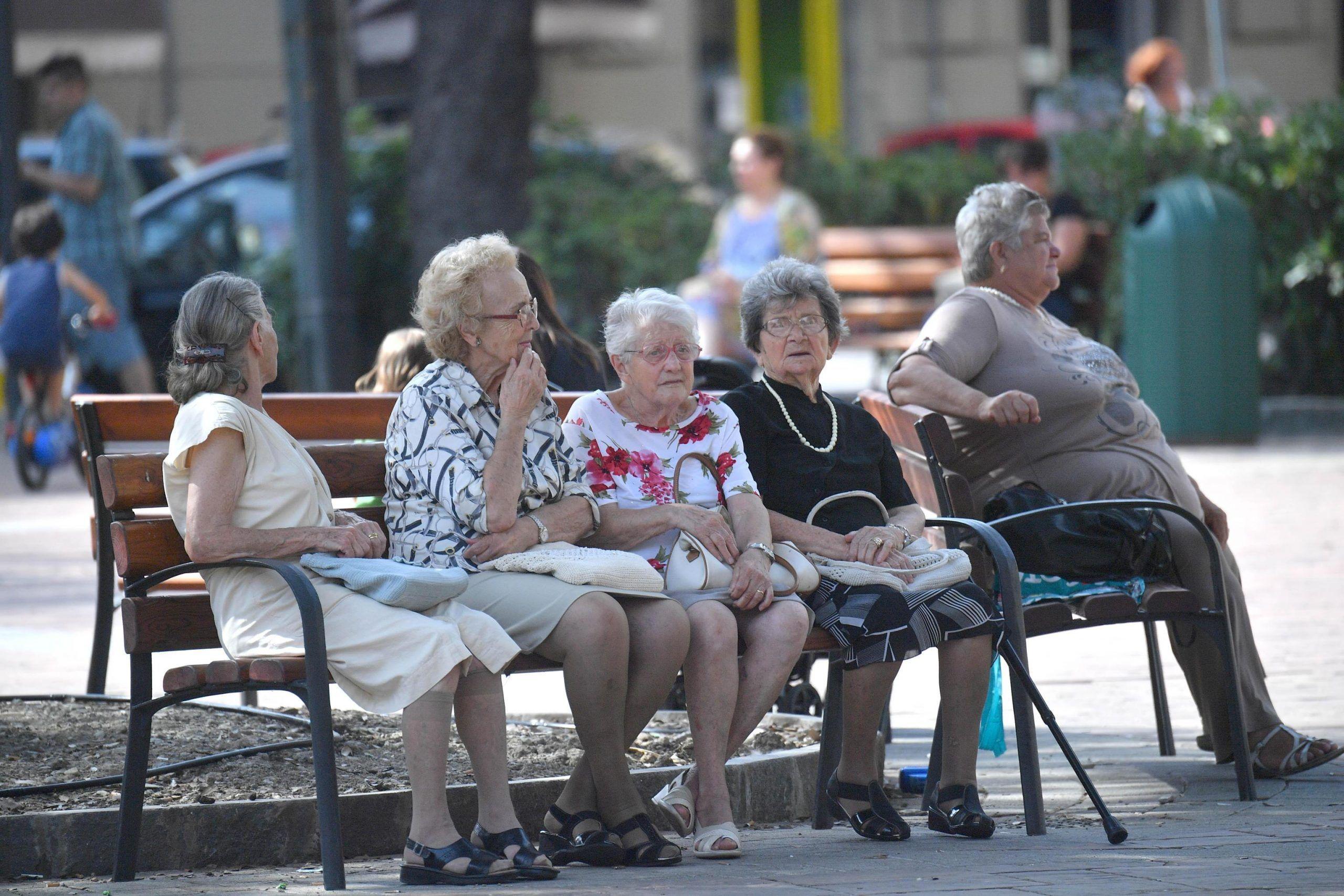 Anziani al parco in una foto d'archivio