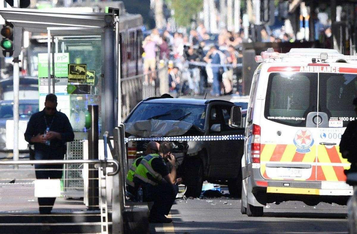 Attentato a Melbourne, auto sui passanti: almeno 19 feriti e due arresti