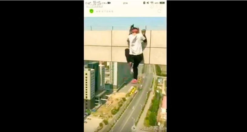 Si arrampica sul grattacielo per farsi un video e cade: morto 26enne cinese
