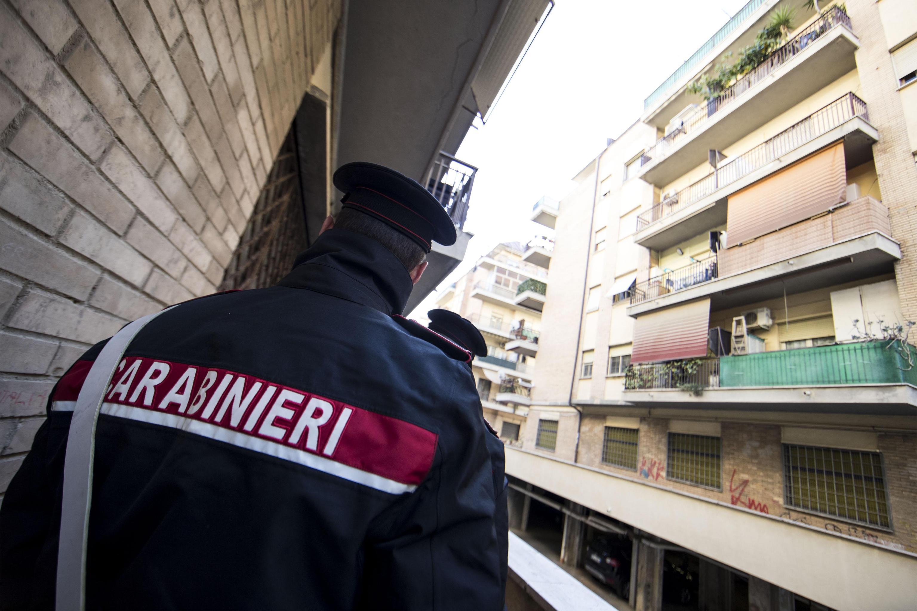 Trovato morto in un B&B nel milanese con la gola tagliata, la compagna: 'Si è ucciso in un raptus'