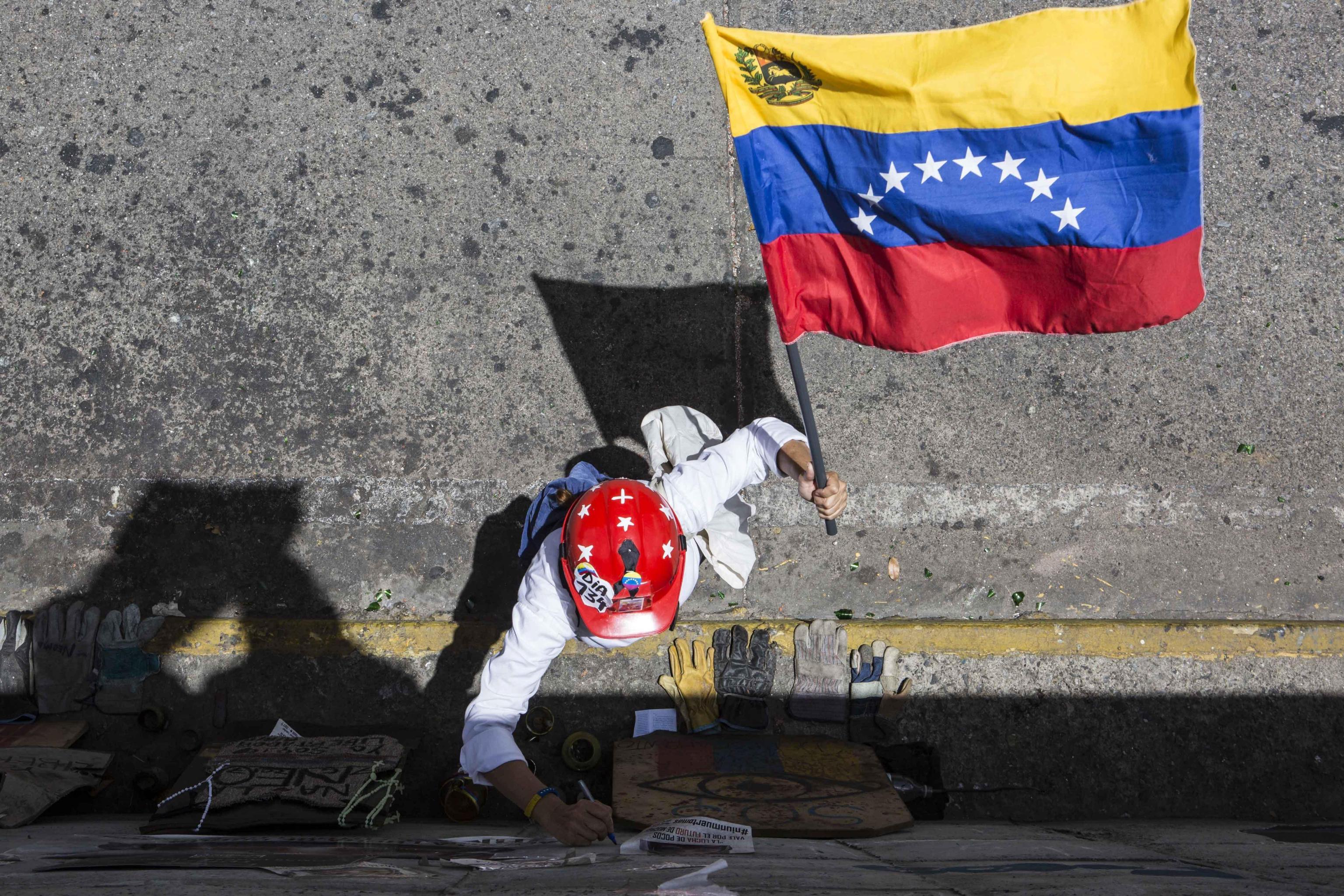 Una manifestante contro il governo Maduro in Venezuela