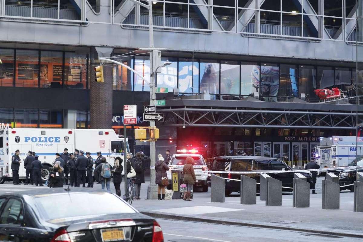 Esplosione a New York, ordigno scoppia nella stazione dei bus: fermato un sospetto