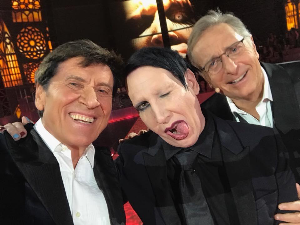 Gianni Morandi e Marilyn Manson con Paolo Bonolis: è il selfie dell'anno