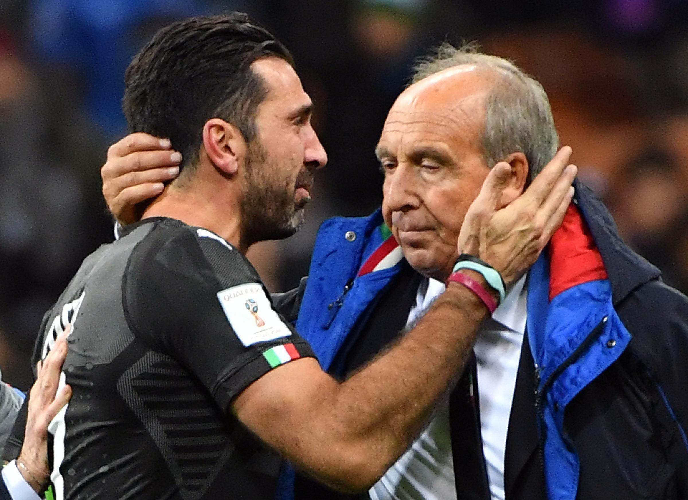 Gigi Buffon, in lacrime, con Gian Piero Ventura